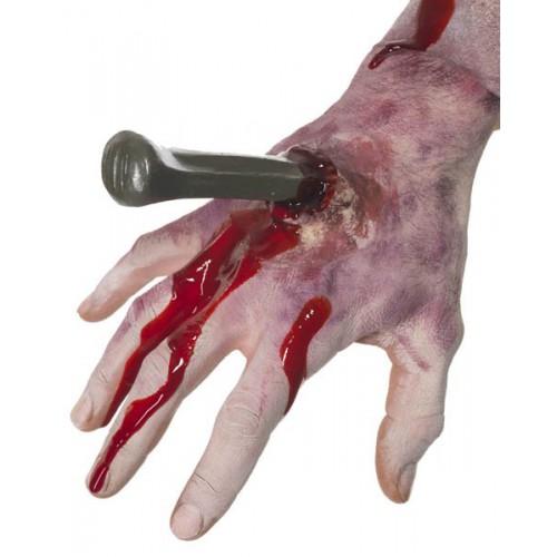 Clou dans la main avec sang